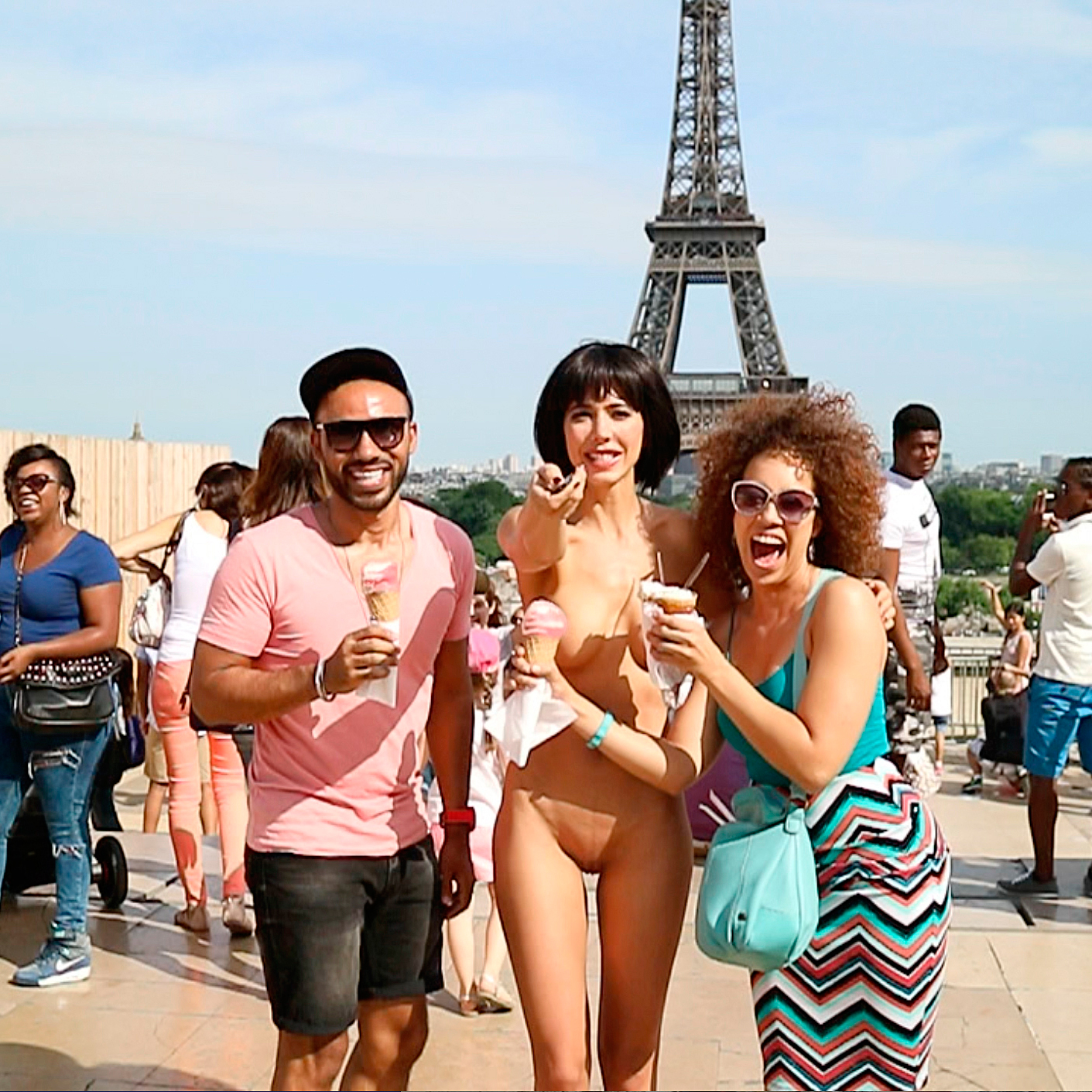 Naked Selfie Performance in Paris by Milo Moiré