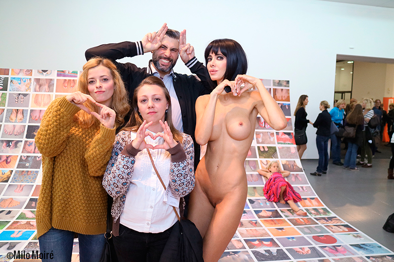 MM__Performance_Naked_Selfies_visitors_NRW_Forum_Duesseldorf_Milo_Moire