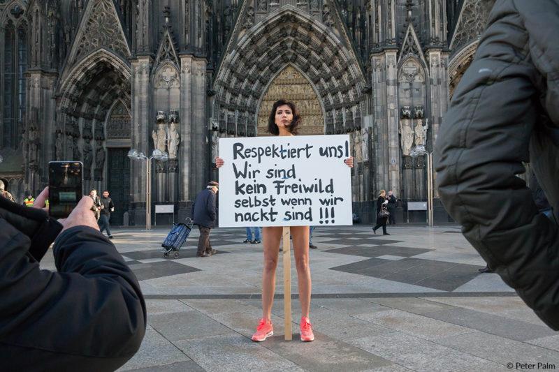 Protest gegen Sexmob auf der Kölner Domplatte